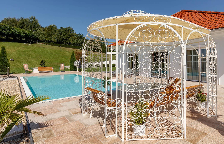 Pavillon Verona - in Sonderfarbe weiß mit Rankgitter Rosa und Sonnensegel