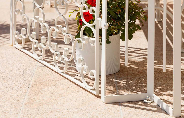 Gartenpavillon Verona mit Rankgitter Rosa, Detailansicht Rankgitter und Ständer, pulverbeschichtet in Sonderfarbe Weiß