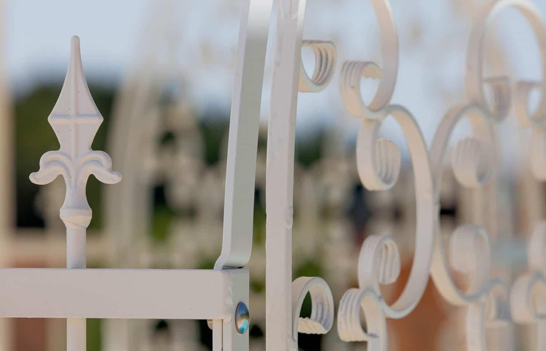 Gartenpavillon Verona mit Rankgitter Rosa, Detailansicht Spitze, pulverbeschichtet und Sonderfarbe Weiß. Wir empfehlen das Sonnensegel am unteren Ring zu befestigen.