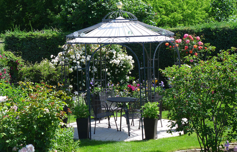 ©ELEO Pavillon: Ton in Ton - Die dunklen Gartenmöbel aus Metall wurden passend zum Pavillon ausgewählt.