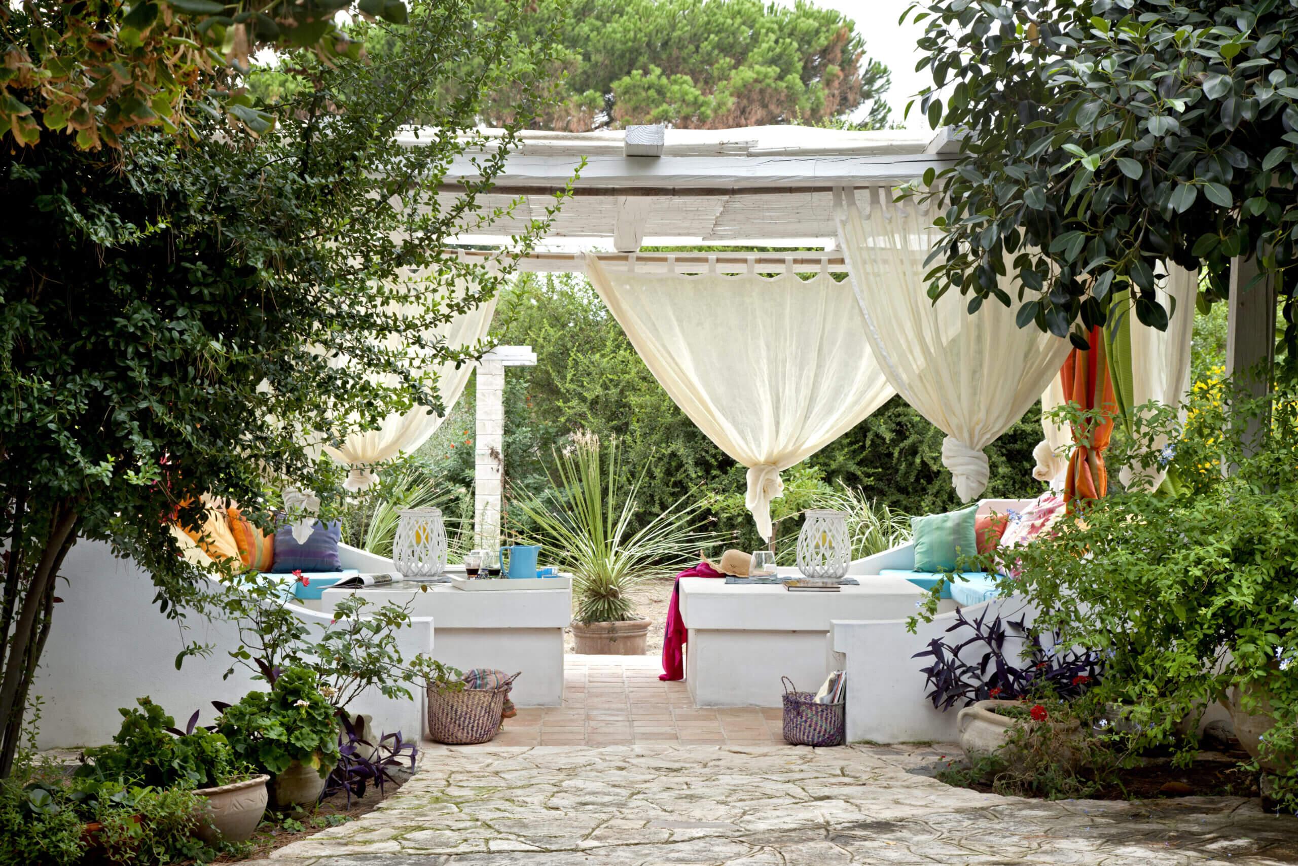 ©moreideas / Adobe Stock: Eine Pavillon Einrichtung wie aus 1001 Nacht - Gemütliche Lounge-Sofas wurden hier um passende Tische ergänzt.