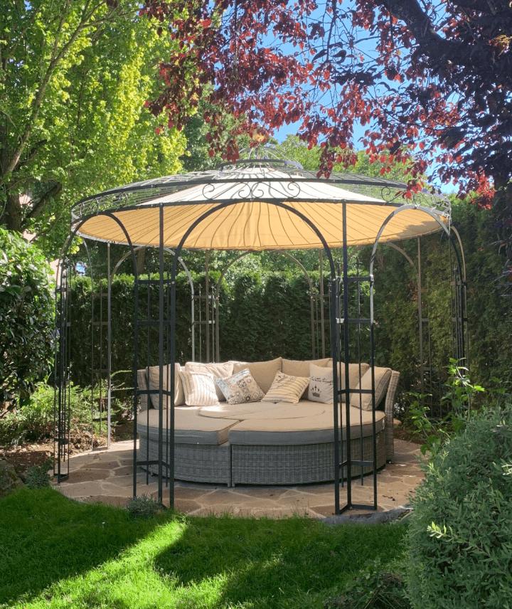 ©ELEO Pavillon: Erholung pur - ein  modulares Lounge-Set das unter ihrem runden Pavillon sowohl als Outdoor-Bett als auch als Sitzecke genutzt werden kann.